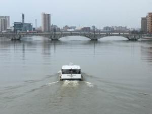 萬代橋に向かうアナスタシア号